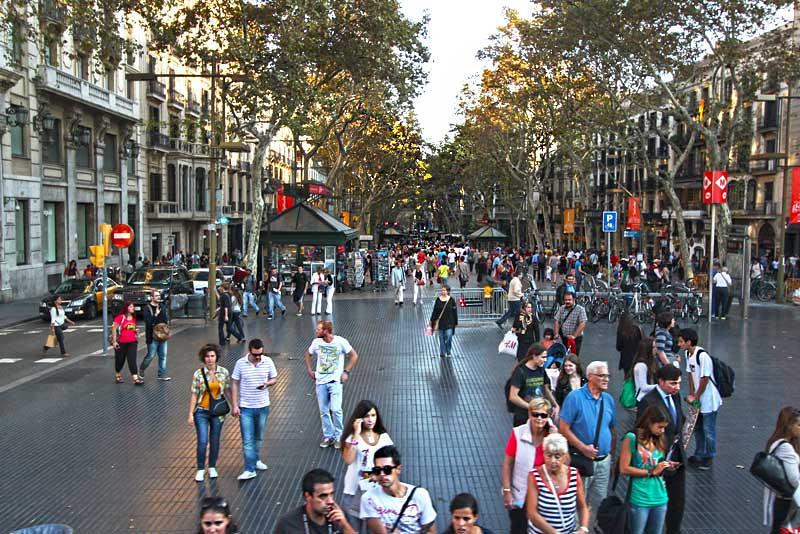 Şehrin en haraketli noktası La Rambla caddesi